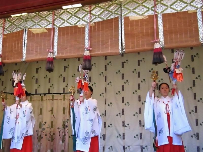 日本全国に数ある神社や仏閣。東京周辺にも有名な神社がたくさんありますね。今回は初詣や普段の参拝におすすめしたい東京の神社、それに初詣の習慣の由来などのご紹介です。最後には個人的にとっておきの、そして初詣にもおすすめの東京の神社も紹介しますね!のサムネイル画像